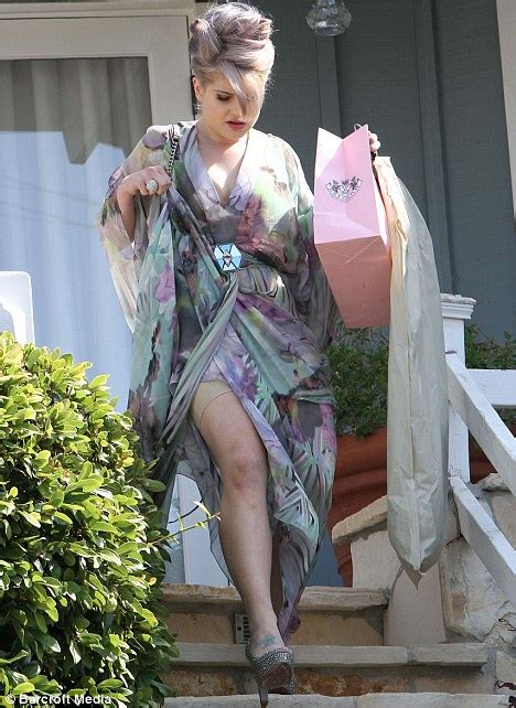 Kelly Osbourne flashes her fat-busting Spanx pants | Daily